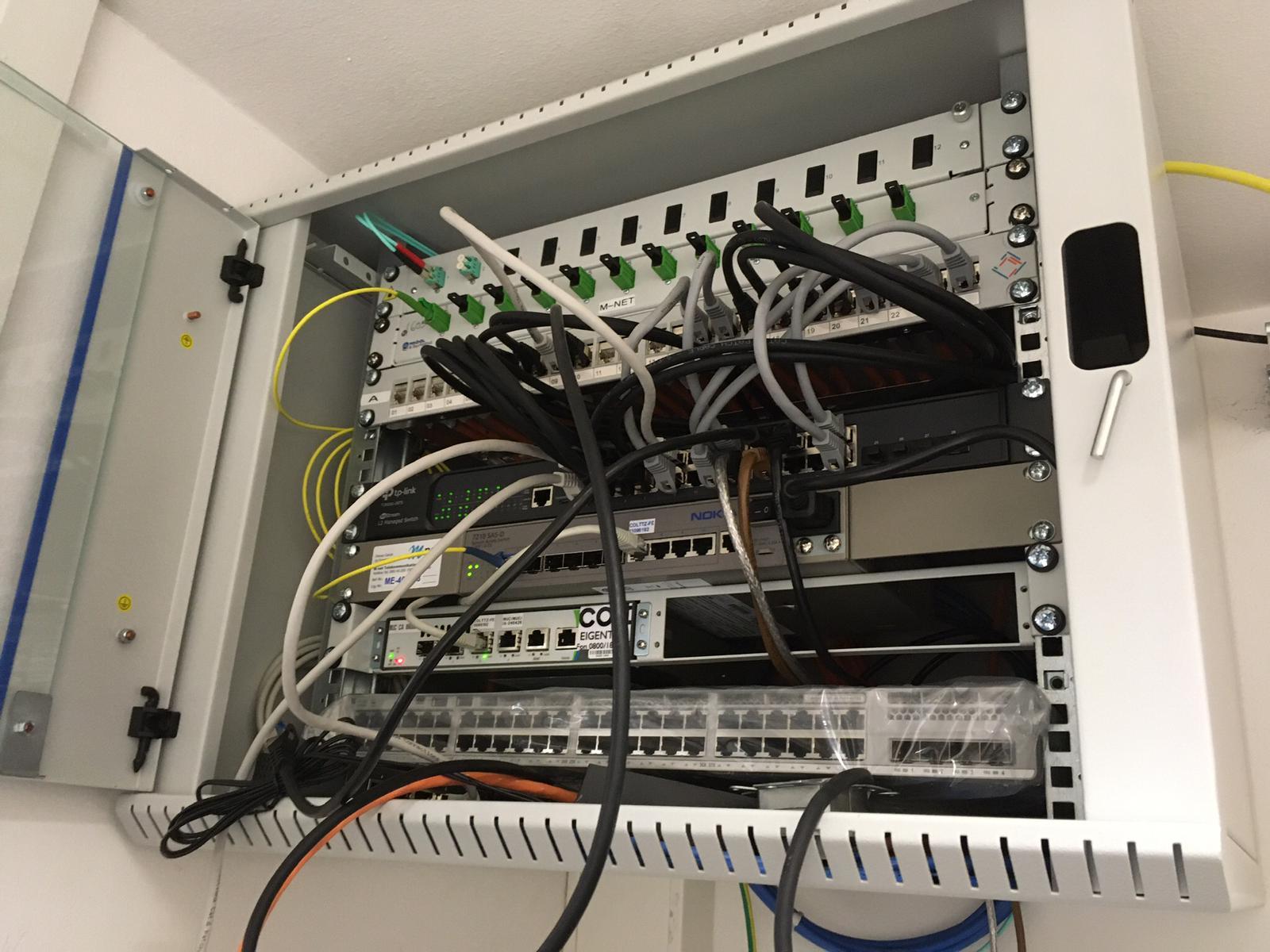 Unterverteilung-Glasfaser-Patchfeld-LAN-Verkabelung-Switch-Kupferkabel-OrangeComputer